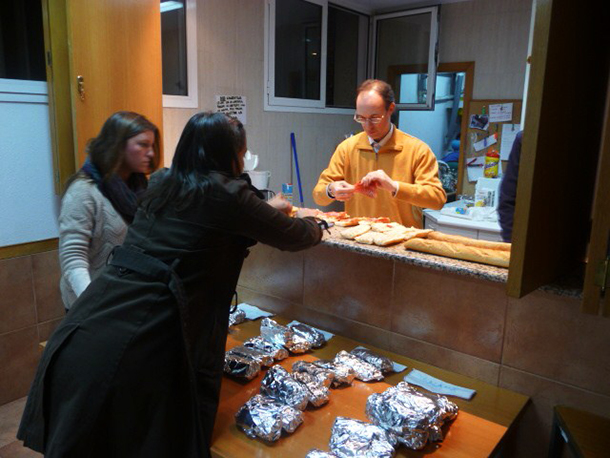 NYU Madrid students volunteer with non-profit group to help homeless