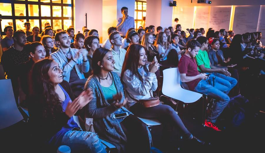 NYU+students+congregate+to+watch+the+Democratic+debate+in+the+Leslie+eLab.