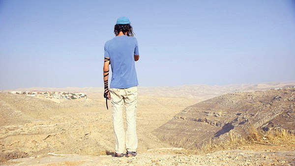 Director Shimon Dotan speaks to a few of the many thousands of Israeli settlers in the West Bank to provide a thorough insight into the social and historical setting behind the conflict in the region.