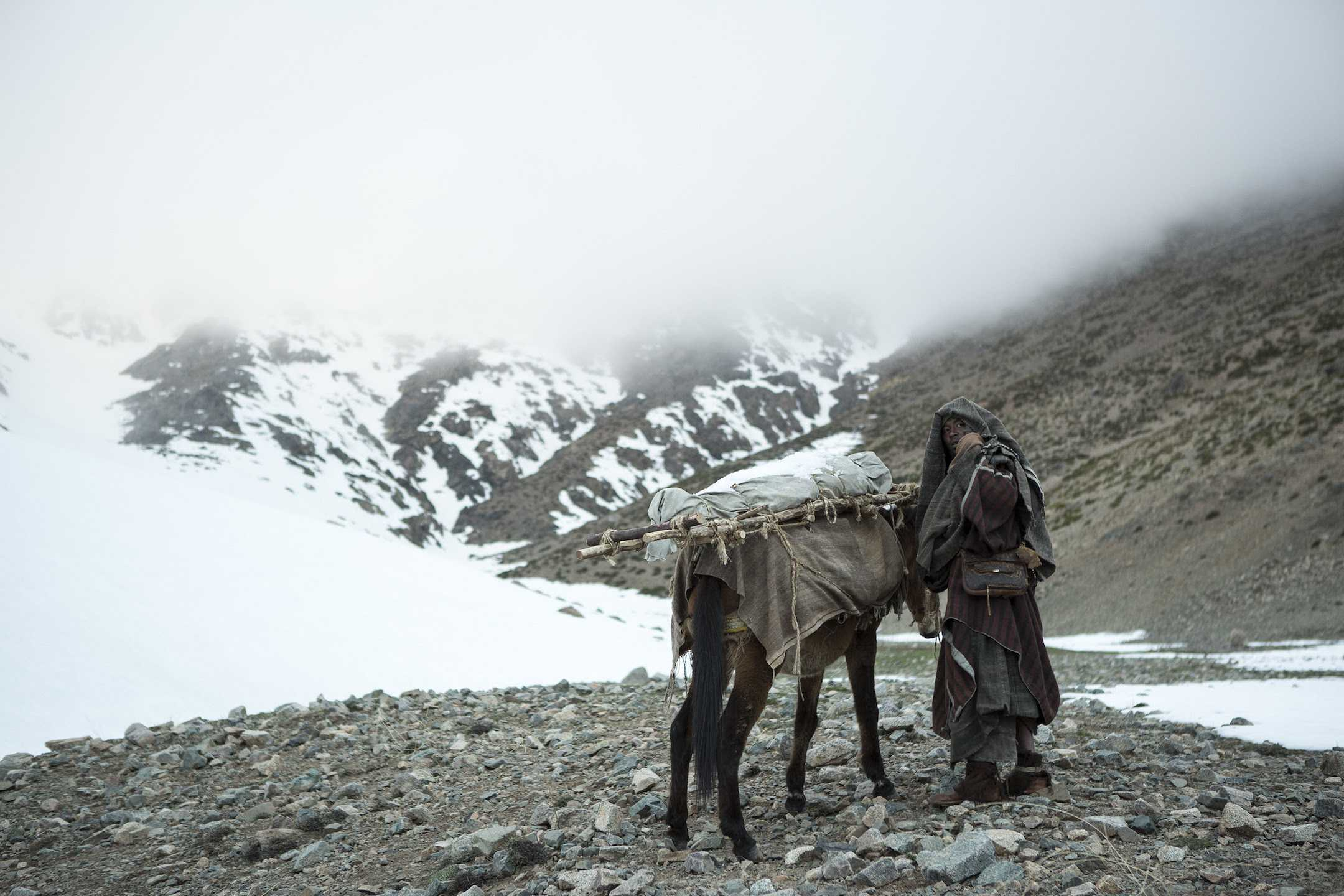 Mimosas, a film directed by Oliver Laxe, is a winner of the Critics' Week Grand Prize at the Cannes Film Festival. It chronicles what a caravan faces while carrying a dying sheikh into the Moroccan Atlas Mountains.